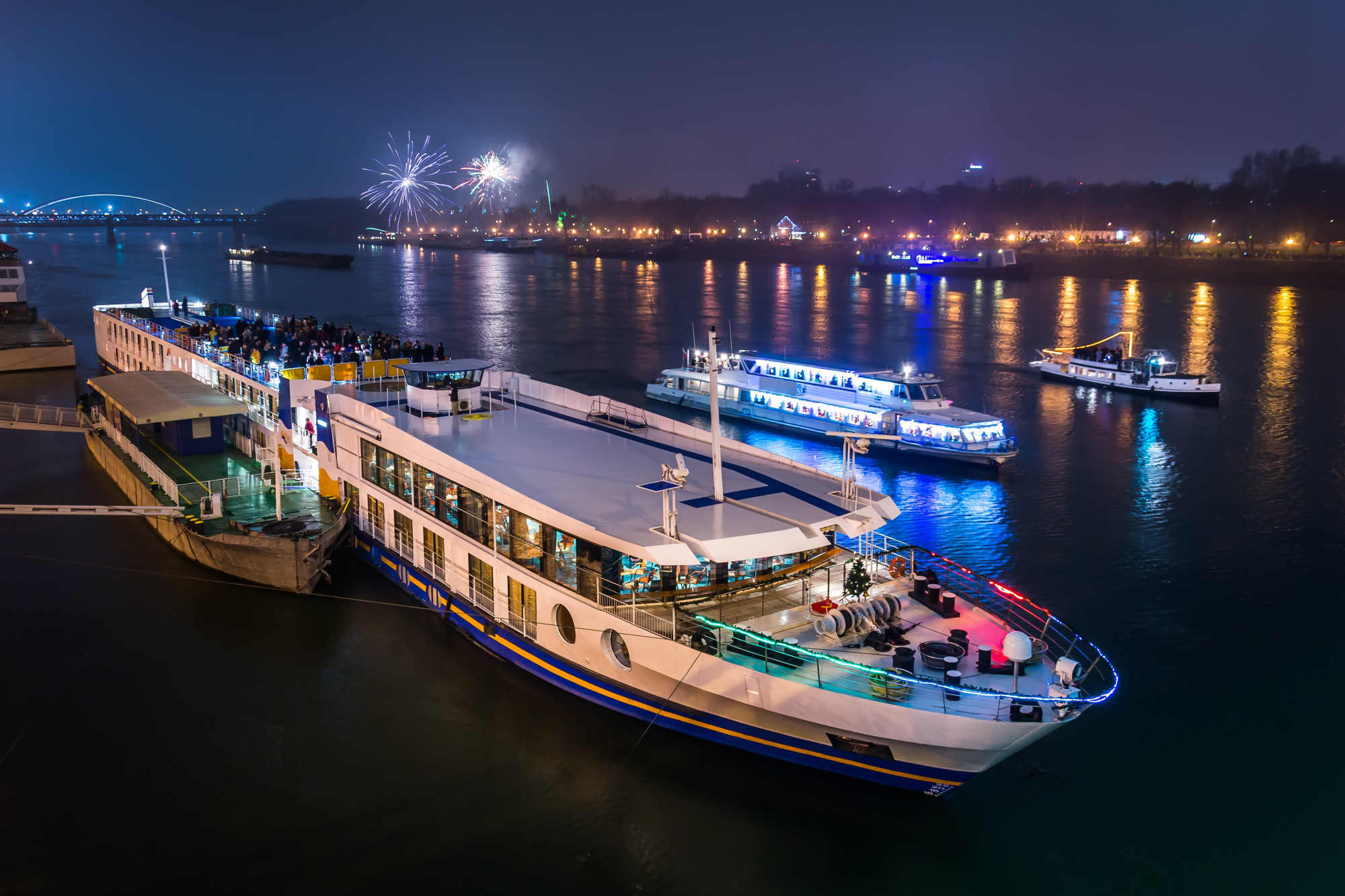 Plan a memorable boat party on the water